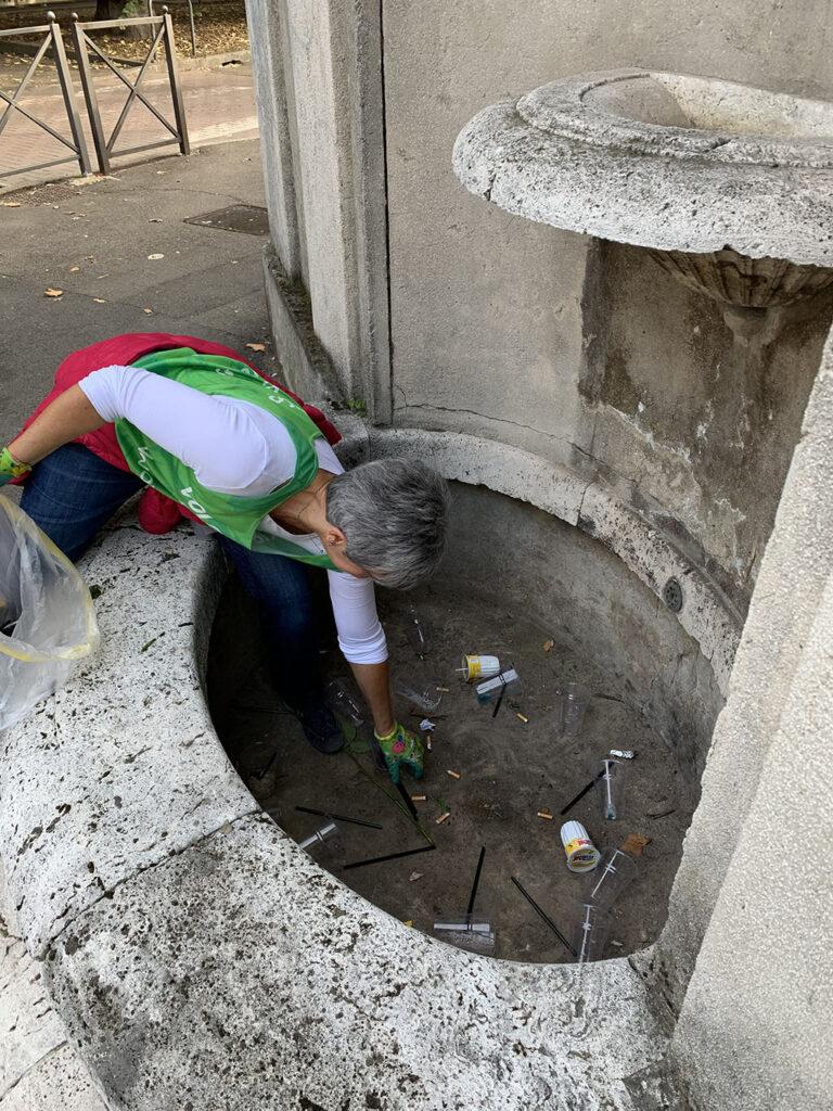 Un volontario di Novara Green a lavoro